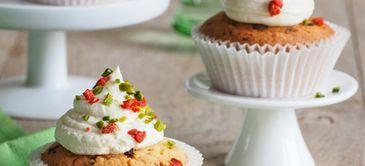Gojibeeren-Pistazien-Cupcakes mit Honig-Zitronen-Frosting