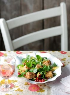 Feldsalat mit Granatapfel und Sesam-Fetawürfeln