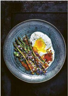 Gegrillter Spargel mit Burrata, Eigelb und Kumquatsoße