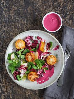 Blattsalat mit Rote Bete-Mandelmus-Dressing und gebratenen Maiskolbenscheiben