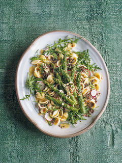 Pasta-Linsen-Salat mit gebratenem Spargel
